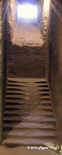 No se explica el estado de las escaleras en el templo ni su antigüedad
