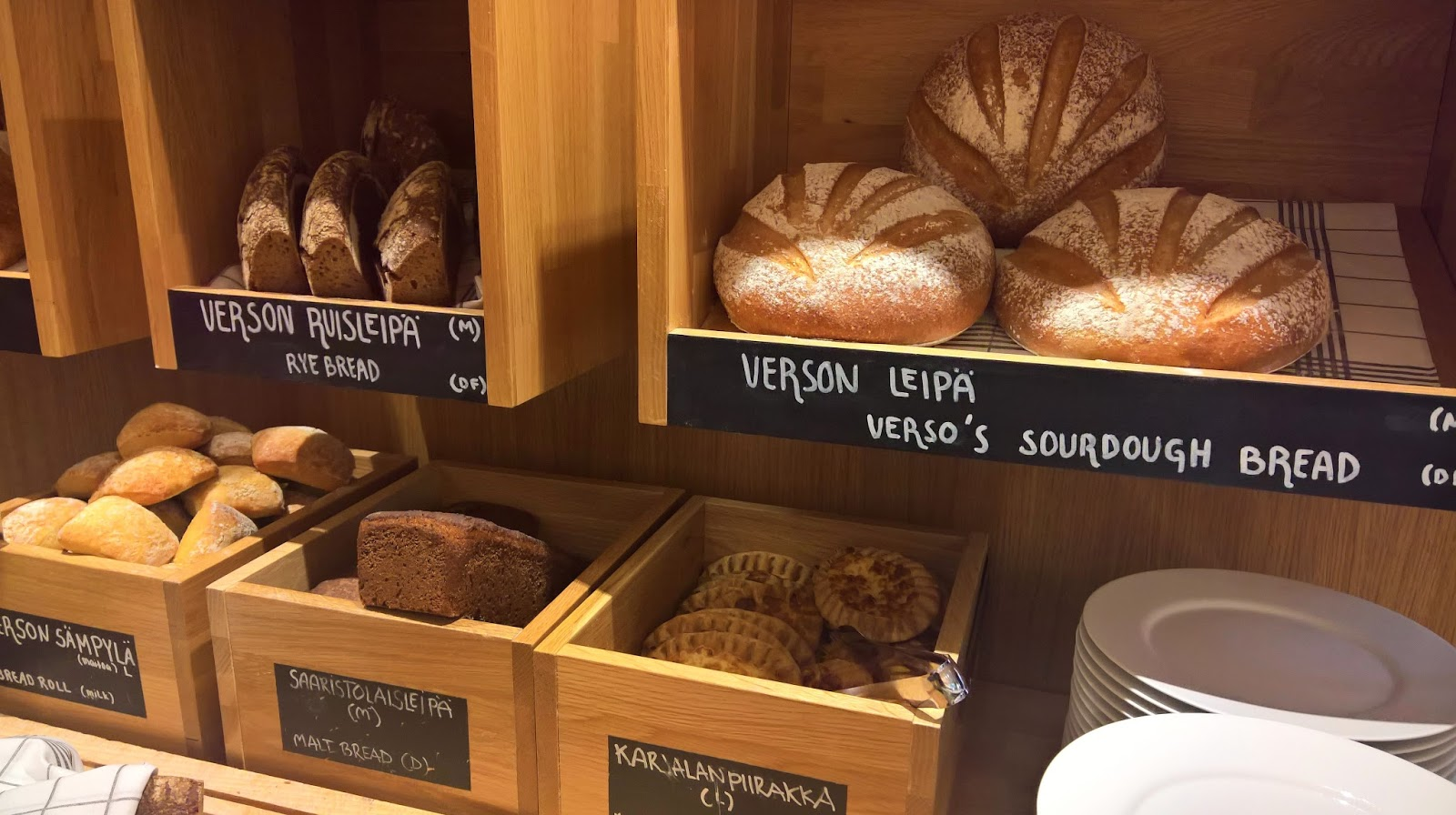 Hotelli Verso suomalainen aamiainen jyväskylä mallaspulla leipäpöytä