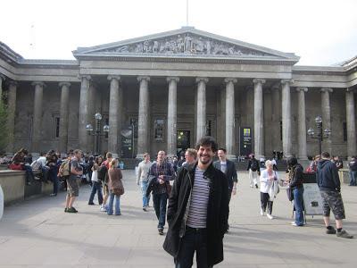 Em ferente ao Museu Britânico (British Museum)