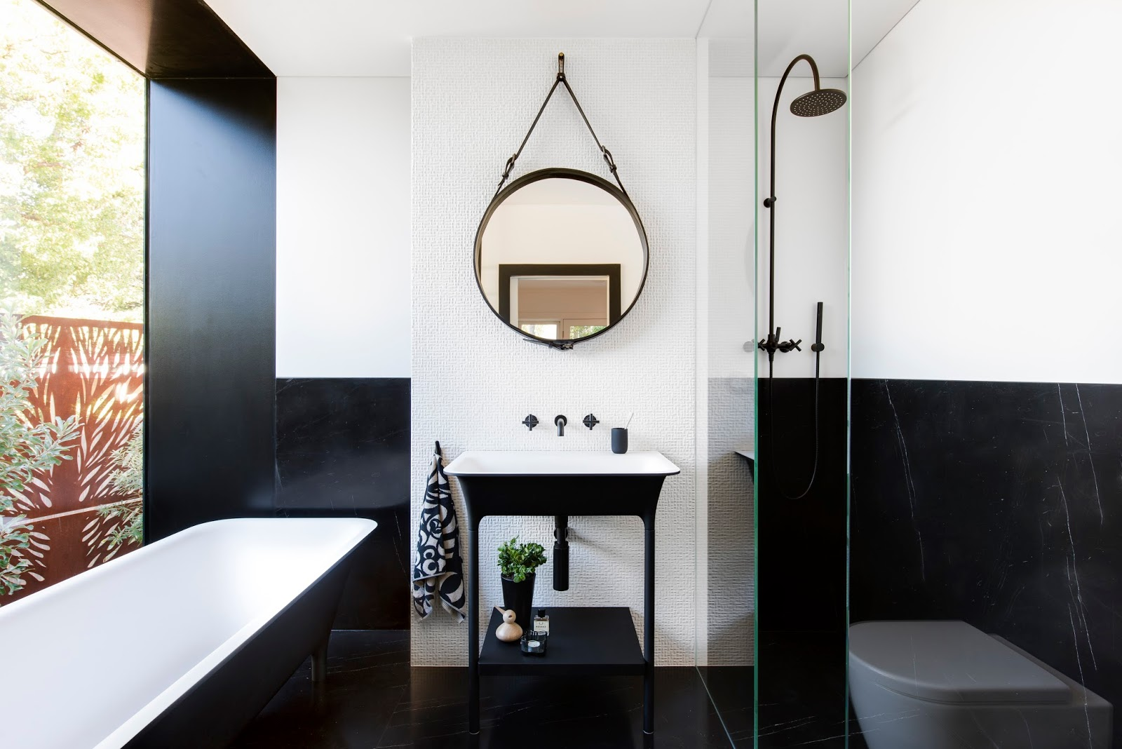 Minosa: Bathroom - The balance of Black & White