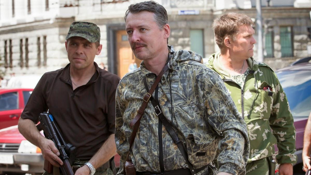 Igor Strelkov, o ex-comandante separatista, centro, na foto, em Donetsk, na Ucrânia em 11 de julho de 2014.
