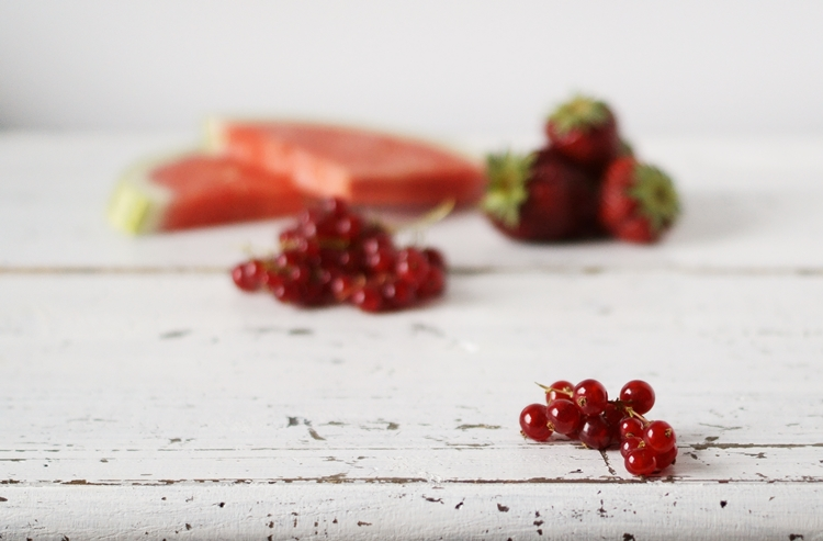 Johannisbeeren mit Obst im Hintergrund auf weißem Shabbytisch {by it's me!}