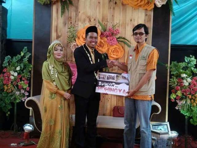 Pasangan pengantin ini sumbangkan uang buwuhan untuk muslim ronghinya