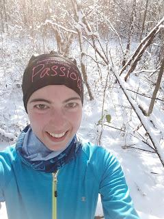 Parc du Bois-de-Liesse, arbres, forêt, neige, coureuse souriante