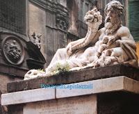 Statua in marmo del dio Nilo in una piazza di Napoli