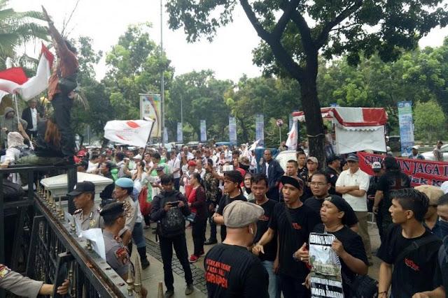 Tolak Reuni 212, Massa 'Gerakan Jaga Indonesia' Geruduk Kantor Anies