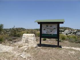 il cartello all'inizio del sentiero Carrubella