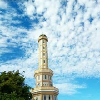 menara mesjid dan langit biru