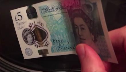 Mit den neuen £5 Banknoten kann man Schallplatten hören