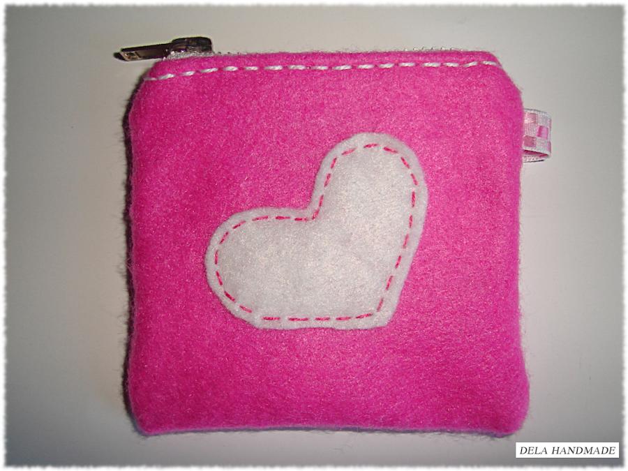 """<img src=""""monedero-corazon-fieltro.png"""" alt=""""Monedero de fieltro en color rosa con corazón blanco"""">"""