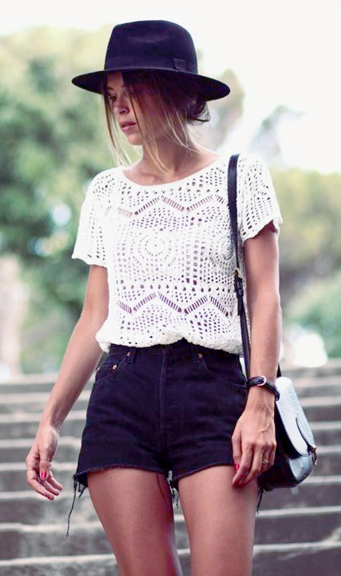 black and white summer outfit | hat + knit top + bag + denim shorts