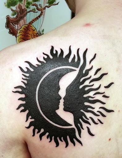 Este modelo em tatuagem mostra uma personificação do sol e da lua se aproximando para um beijo.