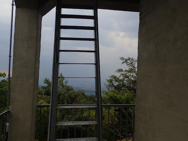 Wieża widokowa na Ślęży ma dość strome schody