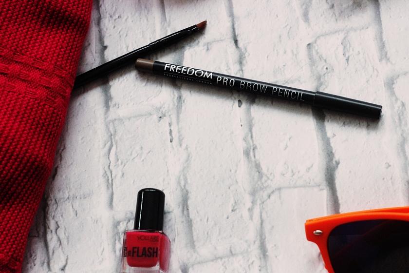 Subtelniejsze podkreślenie brwi, które utrzymuje się cały dzień. Czy to możliwe za 10 zł? | Freedom Pro Brow Pencil
