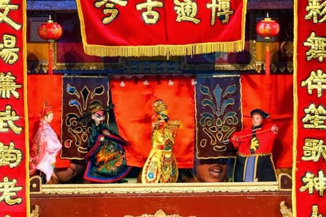 Wayang potehi adalah satu dari sekian banyak ikon budaya Tionghoa yang ikut  menyertai mengeliatnya kembali ekspresi budaya kaum peranakan di Indonesia 52aec4b502