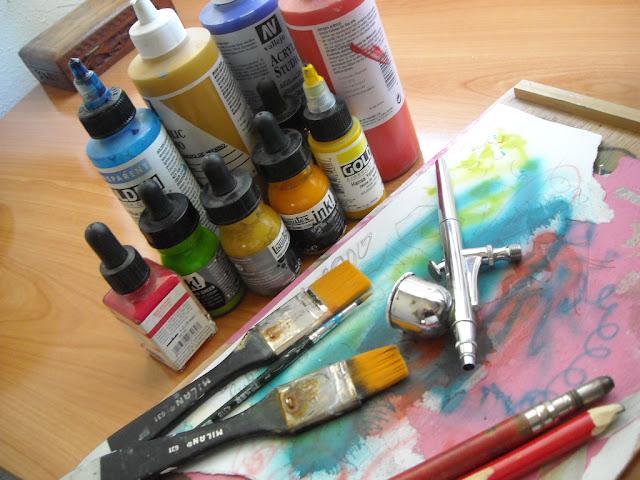 Materiales y aerógrafo que se utilizan para pintar murales artísticos