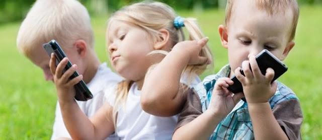 Smartphone, siapa yang tak kenal benda satu ini. Mulai dari kalangan anak-anak hingga dewasa, pasti fasih menggunakannya. Mulai dari hanya sekedar bermain game, berseluncur internet, bermain sosial media, dan banyak hal lainnya. Bagi orang dewasa, menghindari kecanduan akan smartphone mungkin bisa dilakukan, namun bagaimana terhadap anak-anak?
