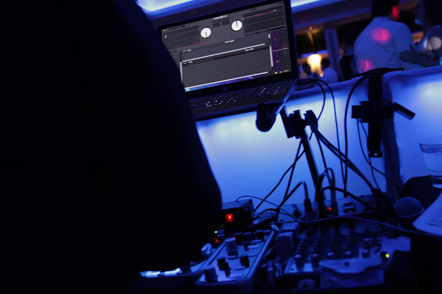 DJ, uplighting, blue lighting