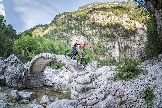 extreme mountainbike fotos rialtobrücke