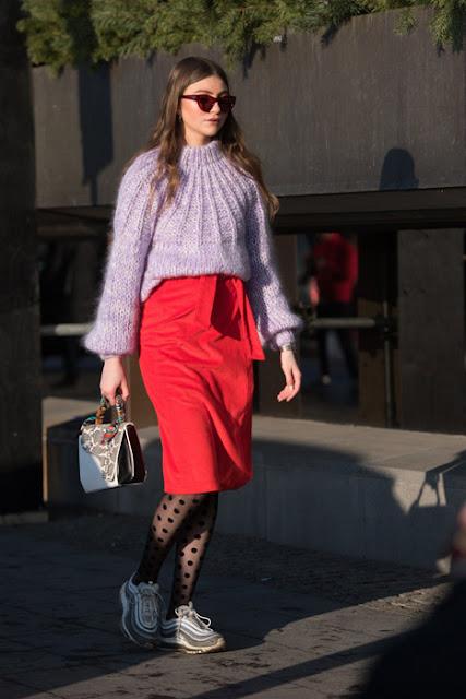 Красная юбка с сиреневым свитером и колготками в крапинку