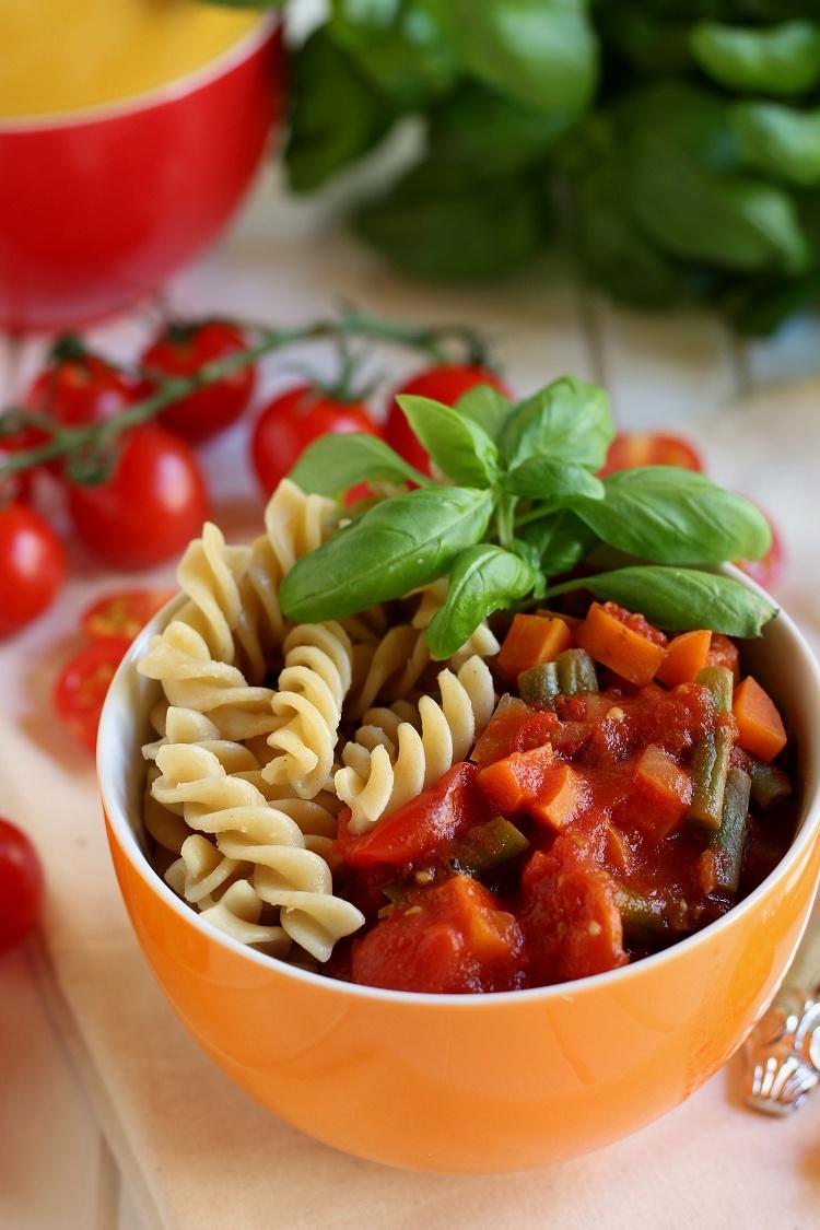Vollkornnudeln mit Gemüse-Tomatensoße
