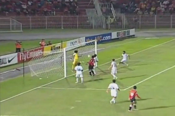 Ayeyawady goalkeeper fails to save a goal straight from a corner kick by Mohd Badhri Mohd Radzi