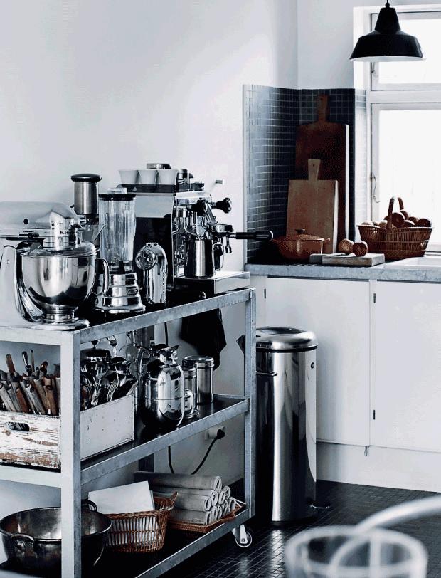 carro de cocina con muchos objetos acero inoxidable