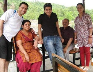 Foto Dheeraj Dhoopar dengan Keluarganya