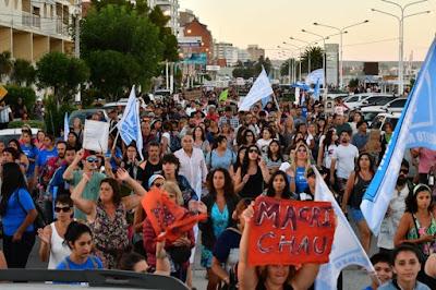 Puerto Madryn: Mauricio Macri fue recibido con protestas, reclamos e insultos. Los chubutenses castigaron al presidente de la nación, que vacacionó en un lujoso country mientras la provincia criaba en sus entrañas el foco de hantavirus que ya mató a 10 personas