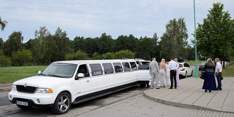 baltas vestuvinis limuzinas