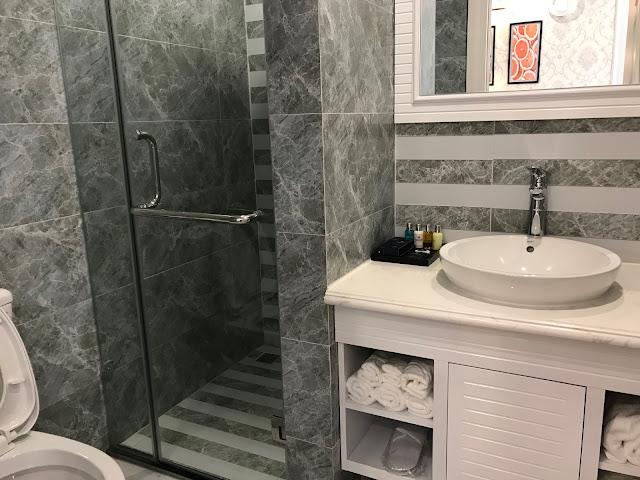 Nhà vệ sinh trong căn hộ Eco city được trang bị đầy đủ sen vòi, tắm đứng, bồn rửa mặt, tủ gỗ...
