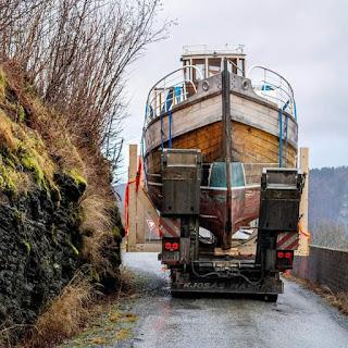 Båttransport på Vestlandet er ikkje for sarte sjeler!