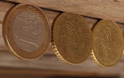 Euros colgados del techo