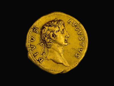 Moeda de ouro rara e antiga descoberta por caminhante na região da Galiléia