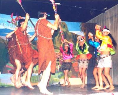 Foto en pleno baile Shipibo con sus respectivas vestimentas
