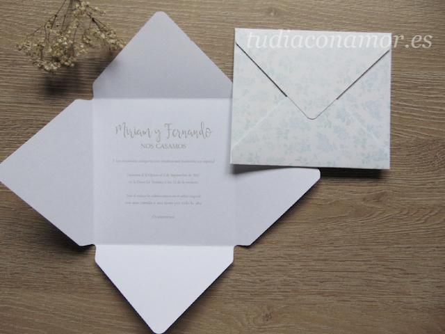 Bonita invitación de boda con forma de sobre estampado floral de estilo romántico