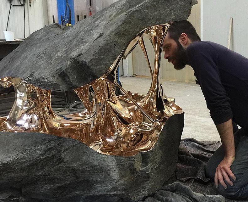 Cantos rodados bisecados con interiores de bronce estirados de Romain Langlois
