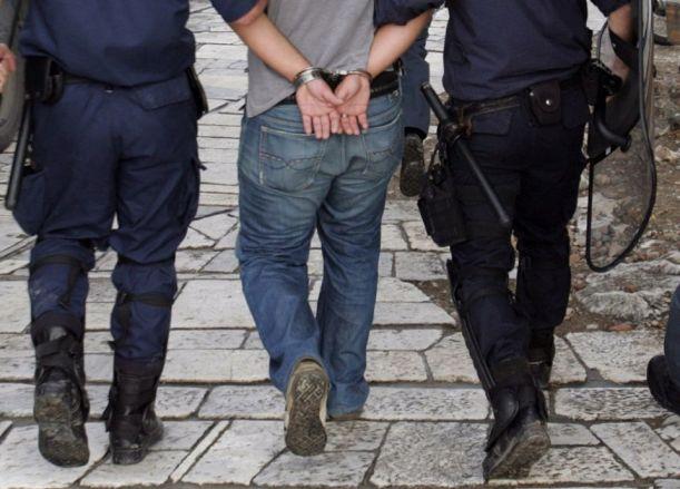 Συνελήφθησαν ένας 51χρονος άνδρας και μια 54χρονη γυναίκα, οι οποίοι είχαν συστήσει εγκληματική ομάδα και διέπρατταν απάτες σε βάρος ιδιωτών, οργανισμών, εταιρειών, σωματείων