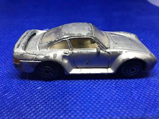 ポルシェ 959 のおんぼろミニカーを側面から撮影