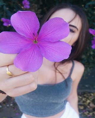 poses con flor morada