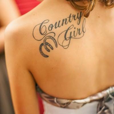 un tatuaje de herradura para una mujer
