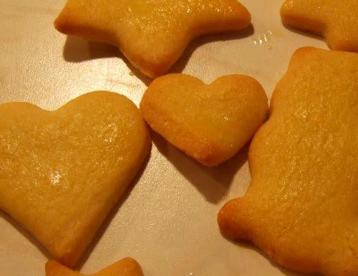 Rezept: Weihnachtsplätzchen aus Mürbeteig. Auf Küstenkidsunterwegs zeige ich Euch ein ganz einfaches Rezept für Mürbeteig-Plätzchen, die meine Mutter schon mit uns Kindern zu Weihnachten gebacken hat.