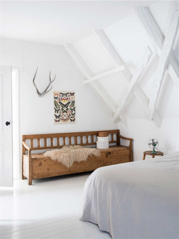 dormitorio abuhardillado en blanco con banco antiguo de madera chicanddeco