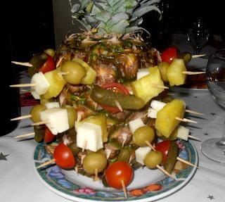 Pinchos con queso, encurtidos, piña, aceitunas