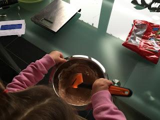 Mélange des oursons guimauve fondus pour la réalisation du slime comestible