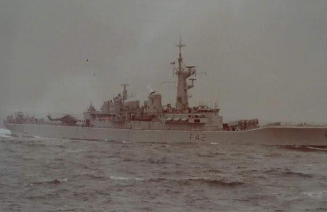 La fragata clase Leander HMS Phoebe (F-42) también fue fotografiada, pero aquí desde la vela del submarino. Su helicóptero Sea Lynx puede distinguirse a popa