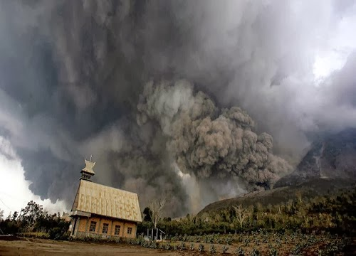 Mount_Sinabung_Volcano_Eruption_2014_Photo_natural_calamities
