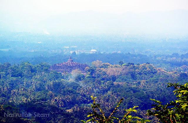 Candi Borobudur Magelang terlihat dari Punthuk Setumbu