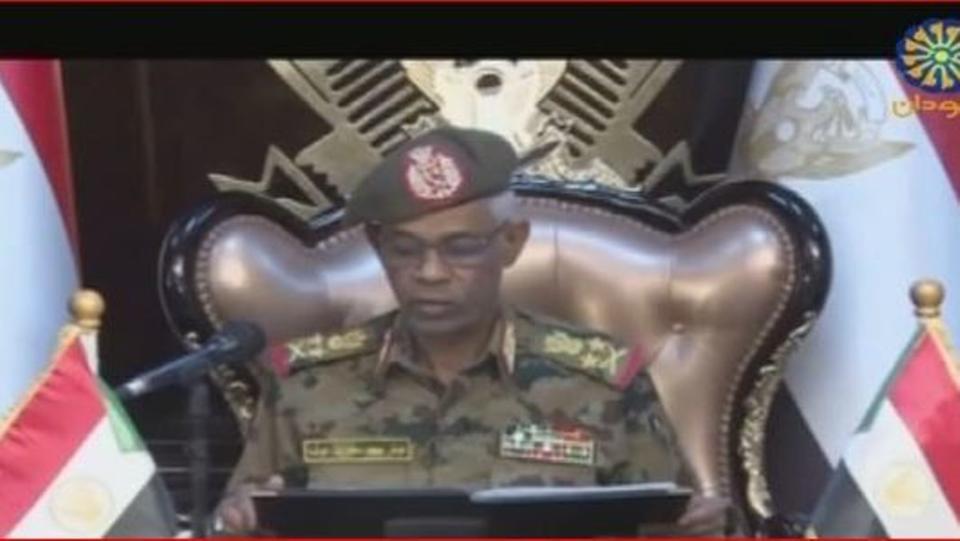 الجيش السوداني يعتقل البشير ويعطل العمل بالدستور ويعلن حالة الطوارئ