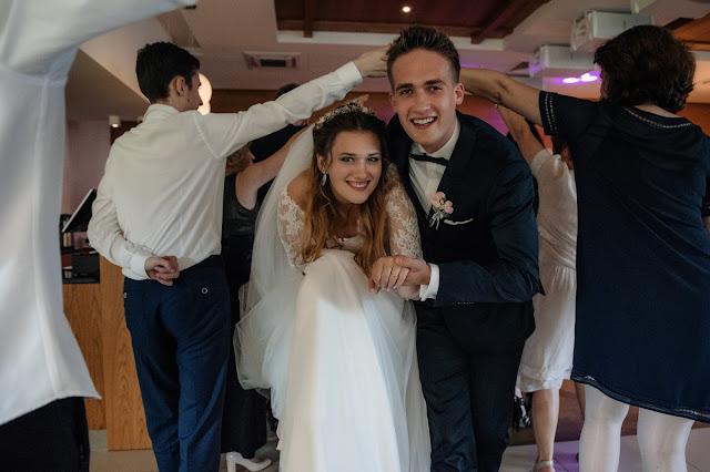 Urocze zdjęcie Młodych podczas tańczenia poloneza na weselu.